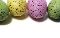 Färgrika påskägg på vitbakgrund royaltyfri foto