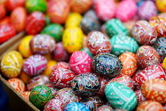Färgrika påskägg sålde i årliga traditionella hantverk som var ganska i Vilnius Arkivbilder