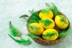 Färgrika påskägg som dekoreras med fjädrar Arkivfoton