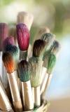 färgrika paintbrushes Arkivfoto