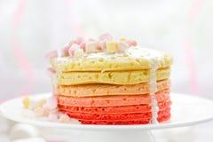 Färgrika pannkakor med marshmallowen Arkivbild