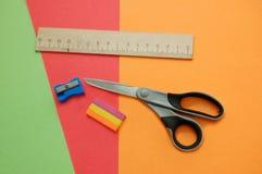 färgrika papperen pencil linjalsaxsharpeneren royaltyfri bild