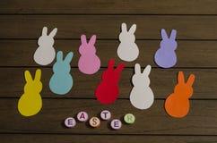 Färgrika pappers- kaniner Garnering för den easter dagen royaltyfria foton