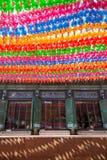 Färgrika pappers- lyktor på den Jogyesa templet Royaltyfri Fotografi