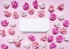 Färgrika pappers- rosor med kuvert, valentin dagram, med textområde på paperrustic slut för bästa sikt för bakgrund upp Arkivbild