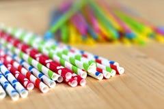 Färgrika pappers- sugrör vs plast- neonsugrör för enkelt bruk fotografering för bildbyråer