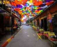 Färgrika paraplyer dekorerade överkanten av den Karakoy gatan i Istanbul royaltyfri bild