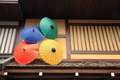 Färgrika paraplyer för japansk stil royaltyfria bilder