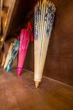 Färgrika paraplyer för kinesiskt papper på försäljning Fotografering för Bildbyråer