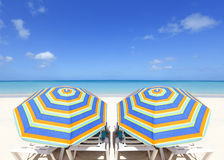 färgrika paraplyer för strand Arkivfoton