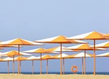 färgrika paraplyer för strand Royaltyfria Bilder