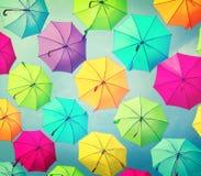 färgrika paraplyer Gatagarnering Arkivbilder