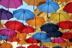 Färgrika paraplyer i Belgrade Arkivbilder