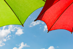 2 färgrika paraplyer med himmelbakgrund Arkivbild