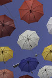 Färgrika paraplyer på en solig dag av sommar Arkivfoton