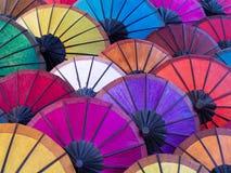 Färgrika paraplyer på gatamarknaden i Luang Prabang, Laos arkivbild