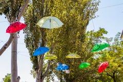 Färgrika paraplyer som utanför hänger Royaltyfri Bild