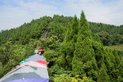 Färgrika parasoller på den forntida väggen för bergssida i solig sommar Royaltyfria Bilder