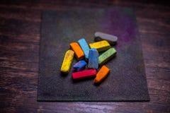 Färgrika pastellfärgade färgpennor för att dra på gammal träyttersida arkivfoton