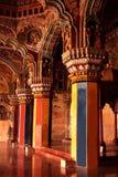 Färgrika pelare i den dharbar korridoren för departementkorridor av thanjavurmarathaslotten Arkivbild
