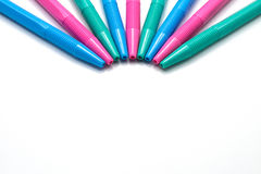 Färgrika pennor som isoleras på vit bakgrund royaltyfri illustrationer