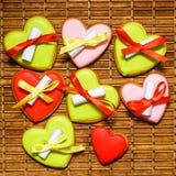 Färgrika pepparkakakakor som binds med band med stycken av PA Royaltyfria Foton