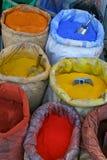 Färgrika pigment på en turkisk marknad Fotografering för Bildbyråer