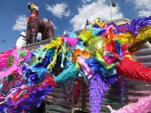 Färgrika Pinatas som är till salu i Chilpancingo royaltyfri bild