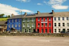 Färgrika pittoreska hus i Bantry royaltyfria bilder