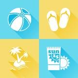 Färgrika plana symboler för strand Royaltyfria Bilder