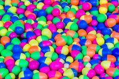 Färgrika plast- äggleksaker som svävar på vattnet Royaltyfria Foton