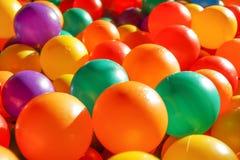 Färgrika plast-bollar i barnlekplats Royaltyfri Bild
