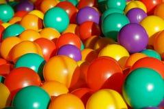 Färgrika plast-bollar i barnlekplats Royaltyfri Fotografi