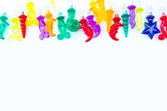 Färgrika plast- cocktailpinnar på vit bakgrund med kopieringssp Royaltyfri Bild
