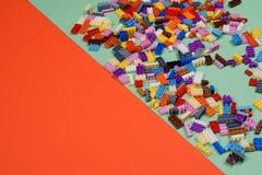 Färgrika plast- konstruktionsleksaker royaltyfri foto