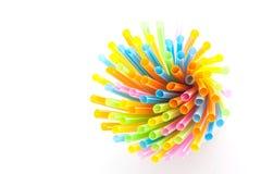 Färgrika plast- sugrör som används för dricksvatten eller fruktsafter Royaltyfria Bilder