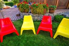 Färgrika plast- trädgårds- stolar Royaltyfria Bilder