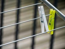 Färgrika plast- tvätterihängningar med suddig bakgrund arkivfoto