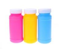 Färgrika plastic flaskor Arkivbild