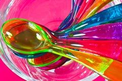 färgrika plastic skedar Arkivbild