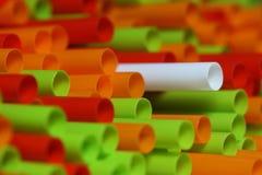 färgrika plastic sugrör för abstrakt bacground Arkivbild