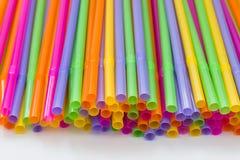 färgrika plastic sugrör för abstrakt bacground Royaltyfri Fotografi