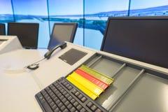 Färgrika plattor som prioriterar flygtrafik i rummet för kontrollmitt Fotografering för Bildbyråer
