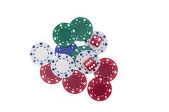 Färgrika pokerchiper med två röda tärning Fotografering för Bildbyråer