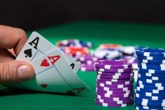 Färgrika pokerchiper och två Ace royaltyfri foto