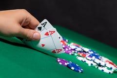 Färgrika pokerchiper och två Ace fotografering för bildbyråer