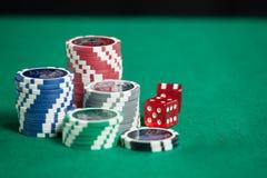Färgrika pokerchiper på grön bakgrund royaltyfri fotografi