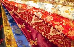 Färgrika prövkopior av kinesisk silk Fotografering för Bildbyråer
