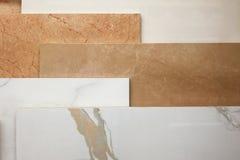 Färgrika prövkopior av marmorerar, och keramiska tegelplattor som in visas, shoppar upp slut royaltyfri fotografi