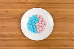 Färgrika preventivpillerar på ett tefat Royaltyfri Fotografi